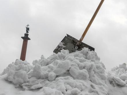 В Петербурге больше не смеются после слова «лопата». В магазинах раскупают снегоуборочные инструменты