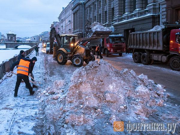 Вдвое больше людей и в 4 раза больше техники: как Петербургу догнать Москву по уборке снега