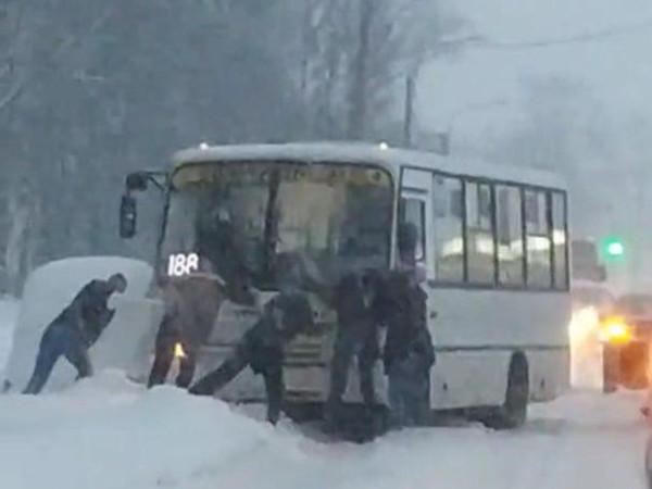 Петербург застрял в снегу. Буксуют все: фуры, автобусы, легковушки, «Газели». Не смог даже Rolls-Royce