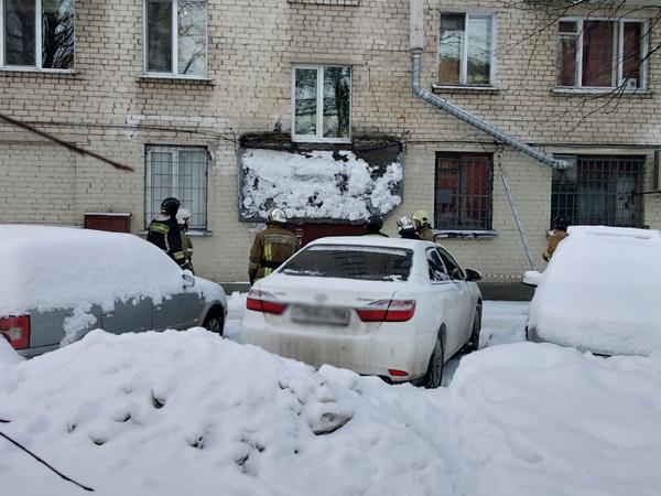 Под тяжестью снега рухнул козырек жилого дома на шоссе Революции. Прокуратура ждала, чтобы наконец-то проверить качество зимней уборки