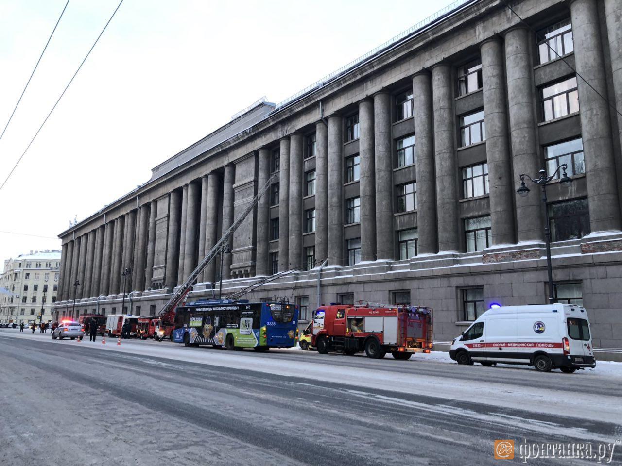 В Петербурге горит здание Арбитражного суда