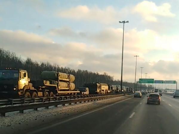«Парадные» пробки начались. По Петербургу едет военная техника