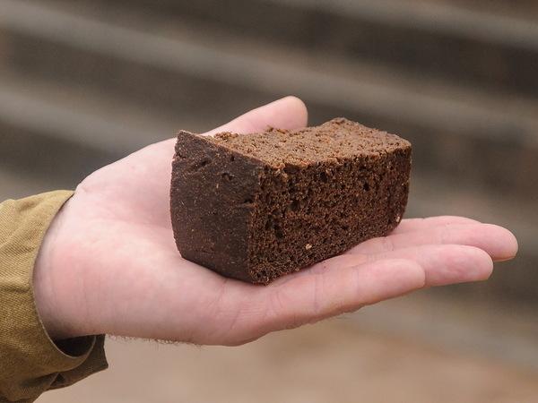 Депутат Бикбаев про угощение блокадным хлебом: Нужно попробовать ощущения, которые получали в те страшные дни