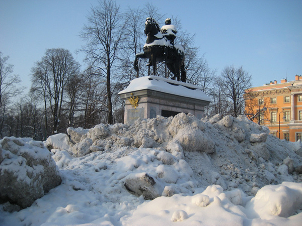 Покорители снежных вершин. Петербуржцы нашли применение сугробам, с которыми не справляются коммунальщики
