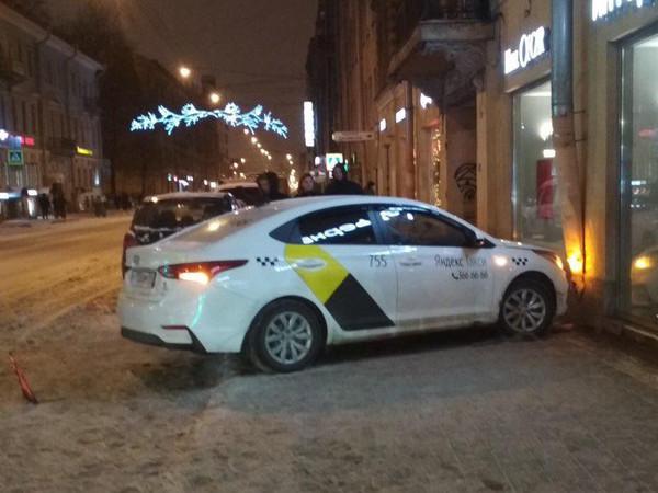 На Владимирском таксист въехал в магазин. Массу ДТП с такси и каршерингом «разбавили» «паровозики»
