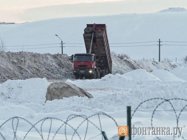 Снегоплавилки не дождались снега. Почему Смольный не топит снег на местах, а складывает до лучших времен