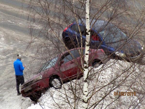 Завис на сугробе, сел днищем и перекрыл улицу, получил льдиной в капот – «приключения» водителей в Петербурге