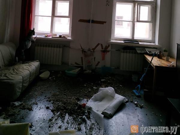 «Я в Мариинской больнице, на меня обрушился потолок». Коммунальщики приехали на Гагаринскую уже после медиков