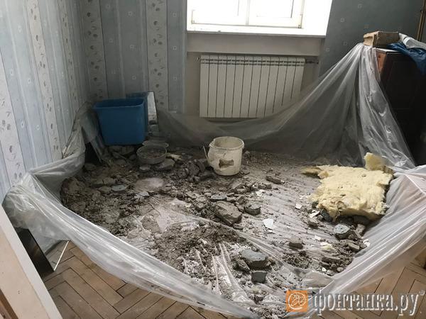 Петербуржец, у которого в доме-памятнике из-за протечки крыши обрушился потолок, не дождался коммунальщиков и почистил кровлю сам. Не помогло