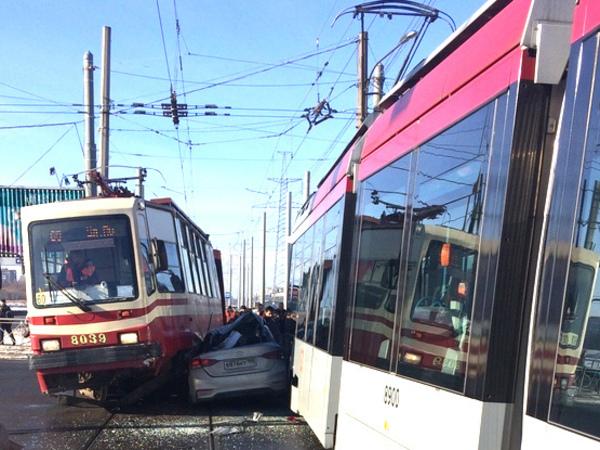 На Петергофском шоссе «Солярис» застрял меж трамваев