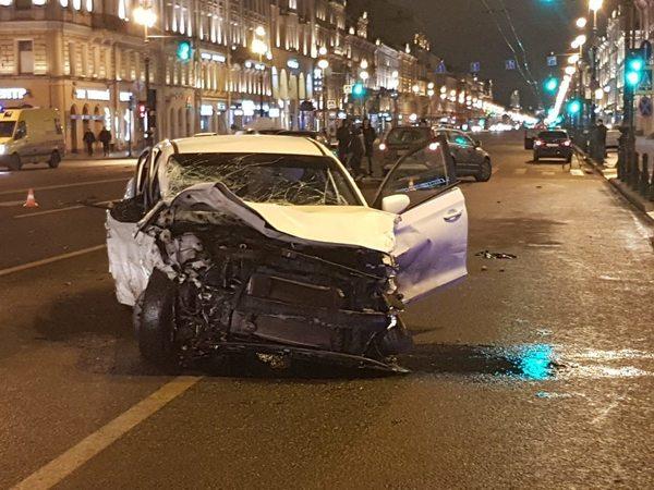 «Жёсткий замес» на Невском попал на видео. Виновником называют молодого таксиста, летевшего на красный