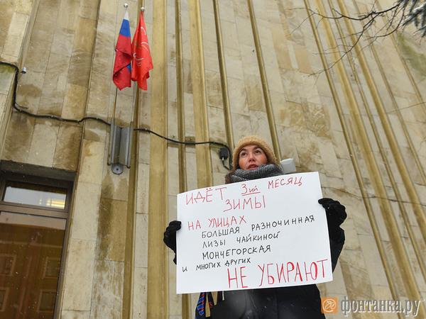 Петербурженки вышли к администрации Петроградского района, чтобы обратить внимание на плохую уборку снега