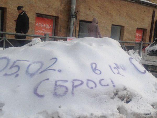 Петербуржцы сгребают кучи к дверям коммунальщиков, но попадаются в снежные ловушки во дворах. Новая серия снимков из заметенной Северной столицы