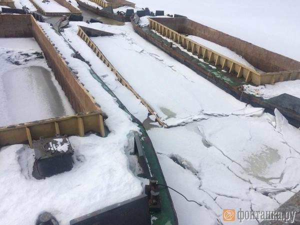 Вмерзшие в лед шаланды все-таки начали тонуть в ковше Смоленки. Чиновники говорят — ничего страшного
