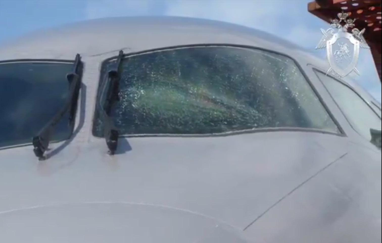 Следственный комитет показал стекло аварийно севшего в Шереметьево суперджета. Оно треснуло перед пилотом после взлёта