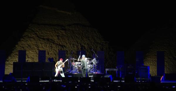 Red Hot Chili Peppers выступили у подножия египетских пирамид