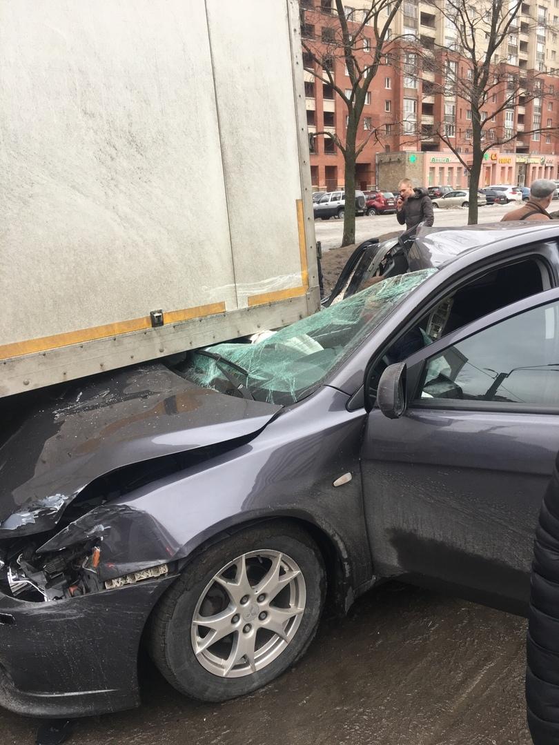 «Лансер» ушёл под грузовик на Комендантском. Раненый выглядывал наружу сквозь дыру в авто